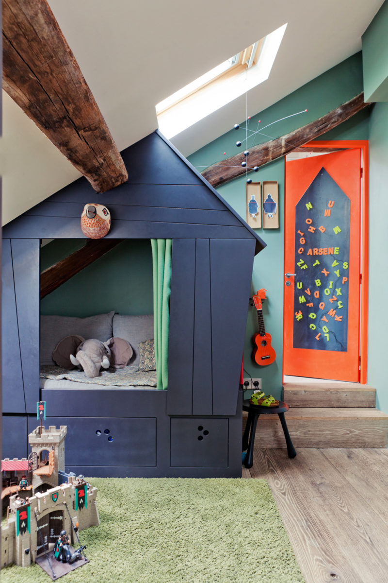 Детская на мансарде с кроватью домиком