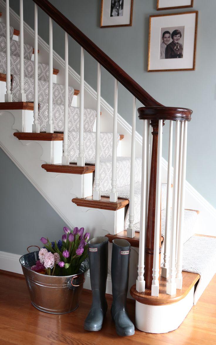 Дизайн коридора с лестницей и дорожкой