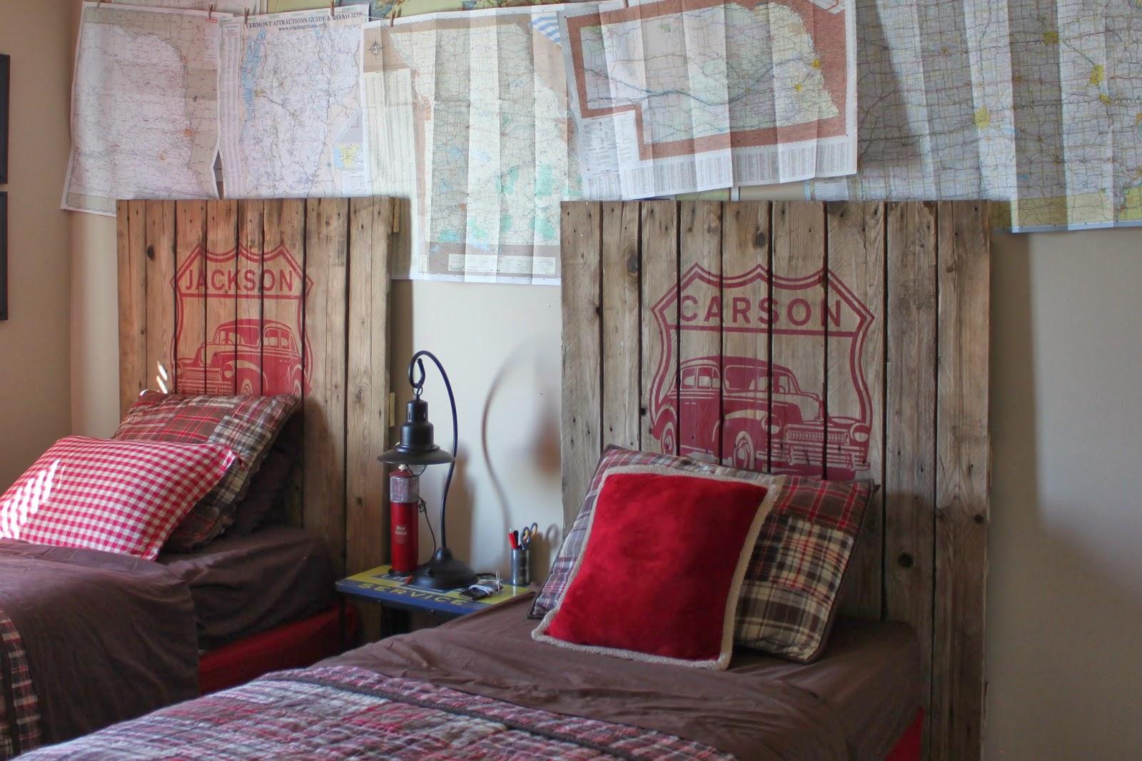 Дизайн детской комнаты для двух мальчиков с кроватью из досок