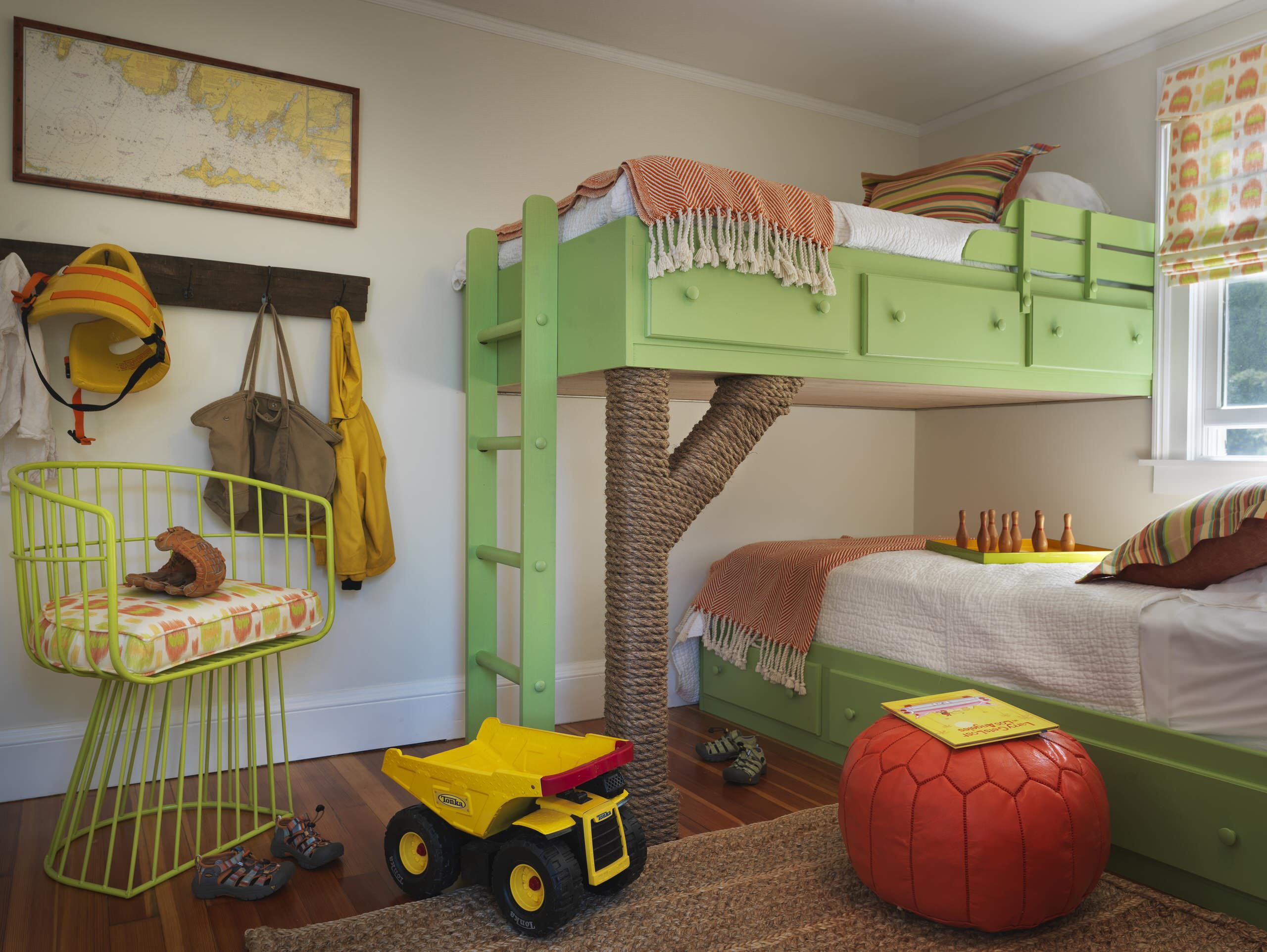 Дизайн детской для троих детей с двухэтажной кроватью