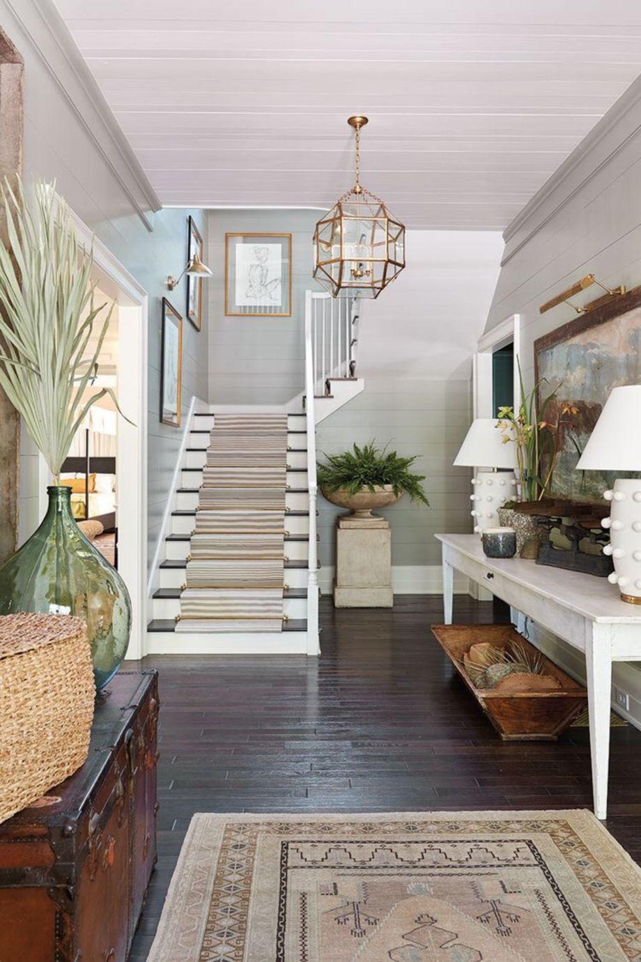 Дизайн коридора с лестницей в эклектичном стиле