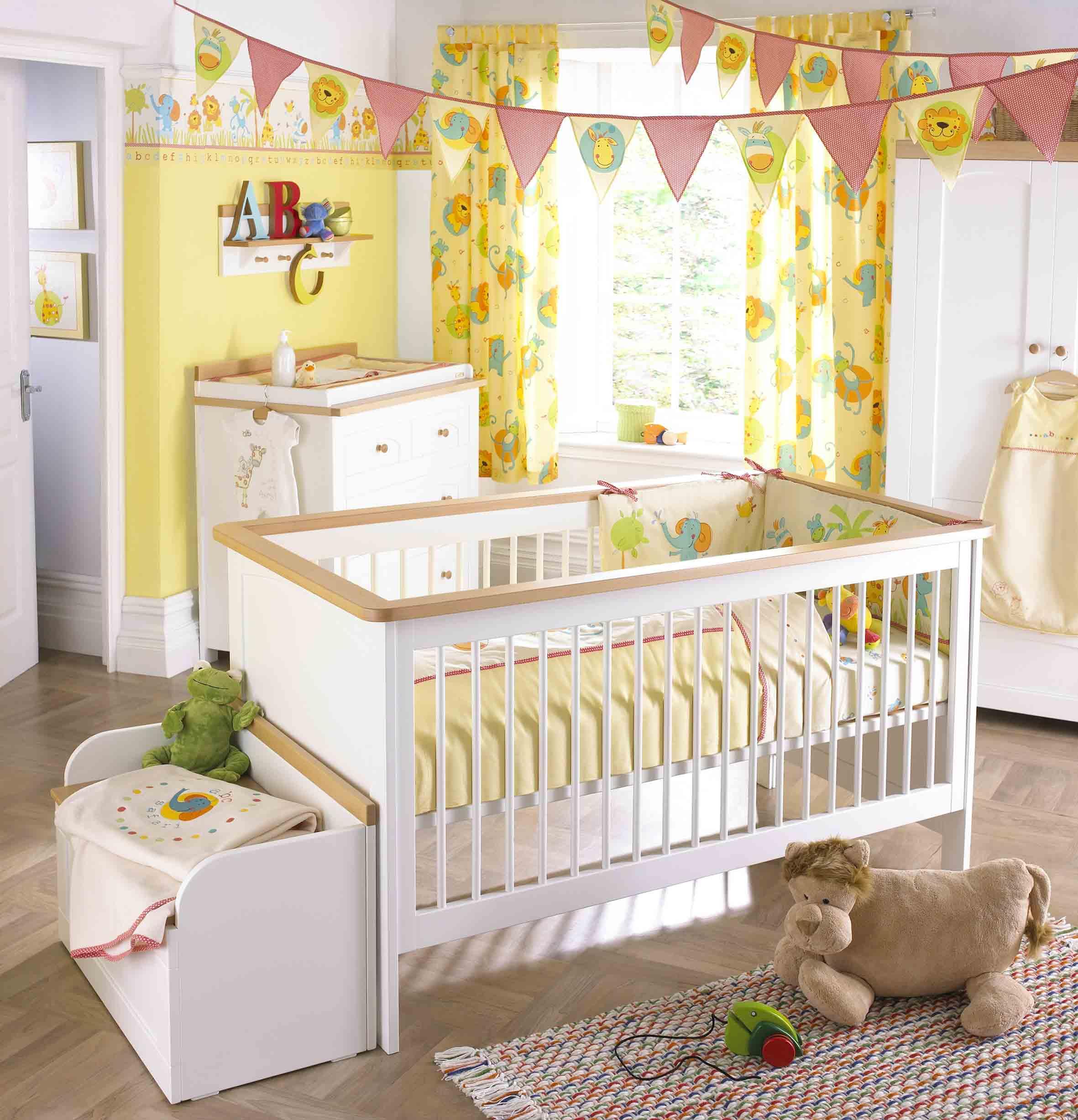 Декор детской кроватки флажками