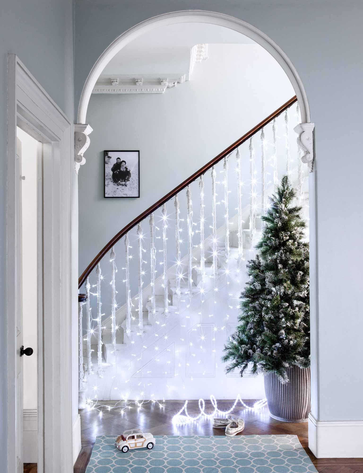 Дизайн коридора с лестницей и гирляндой