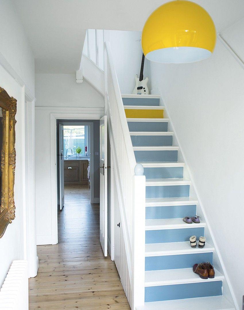 Дизайн коридора с лестницей голубой