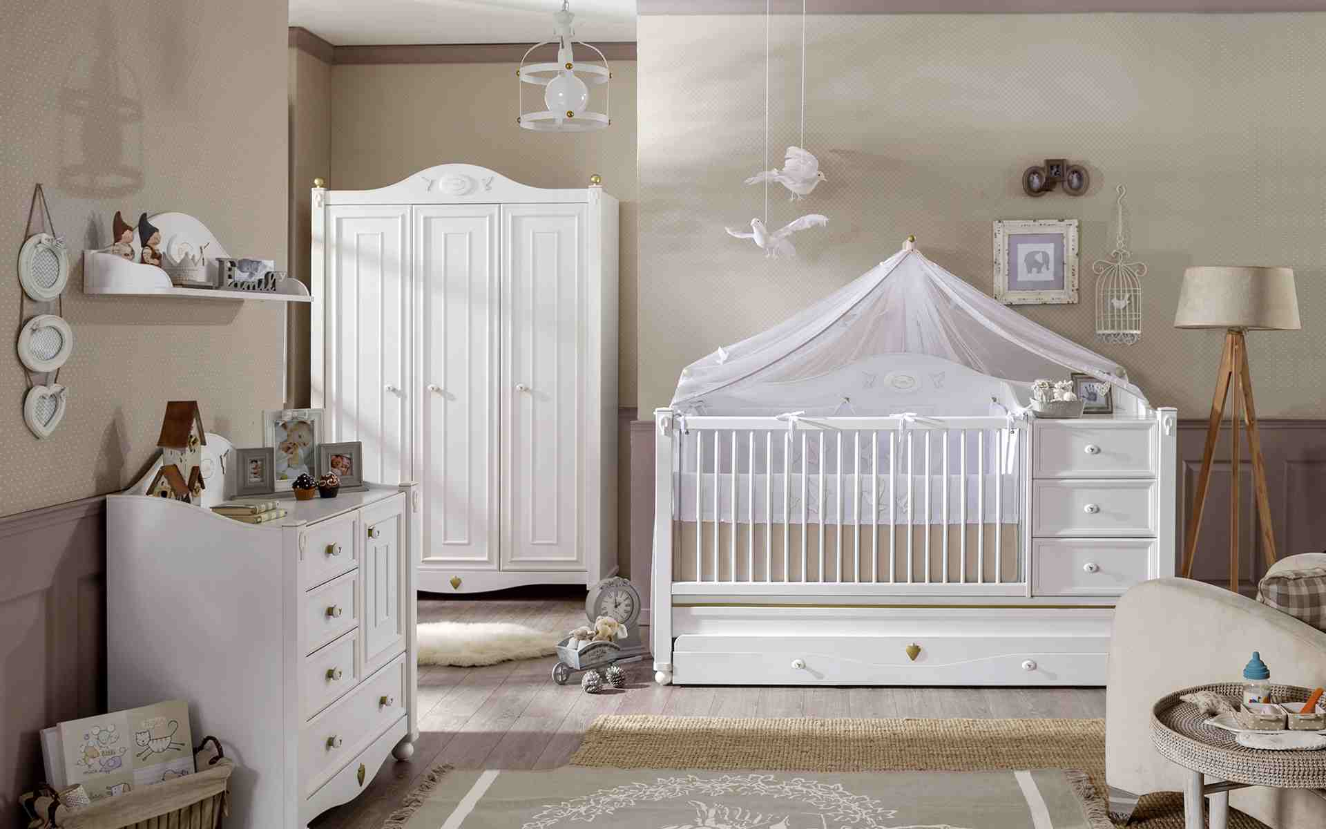 Декор детской кроватки голубями