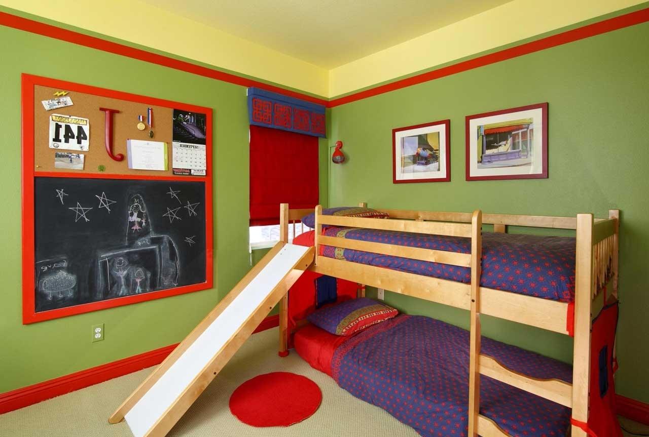 Дизайн детской комнаты для двух мальчиков с горкой