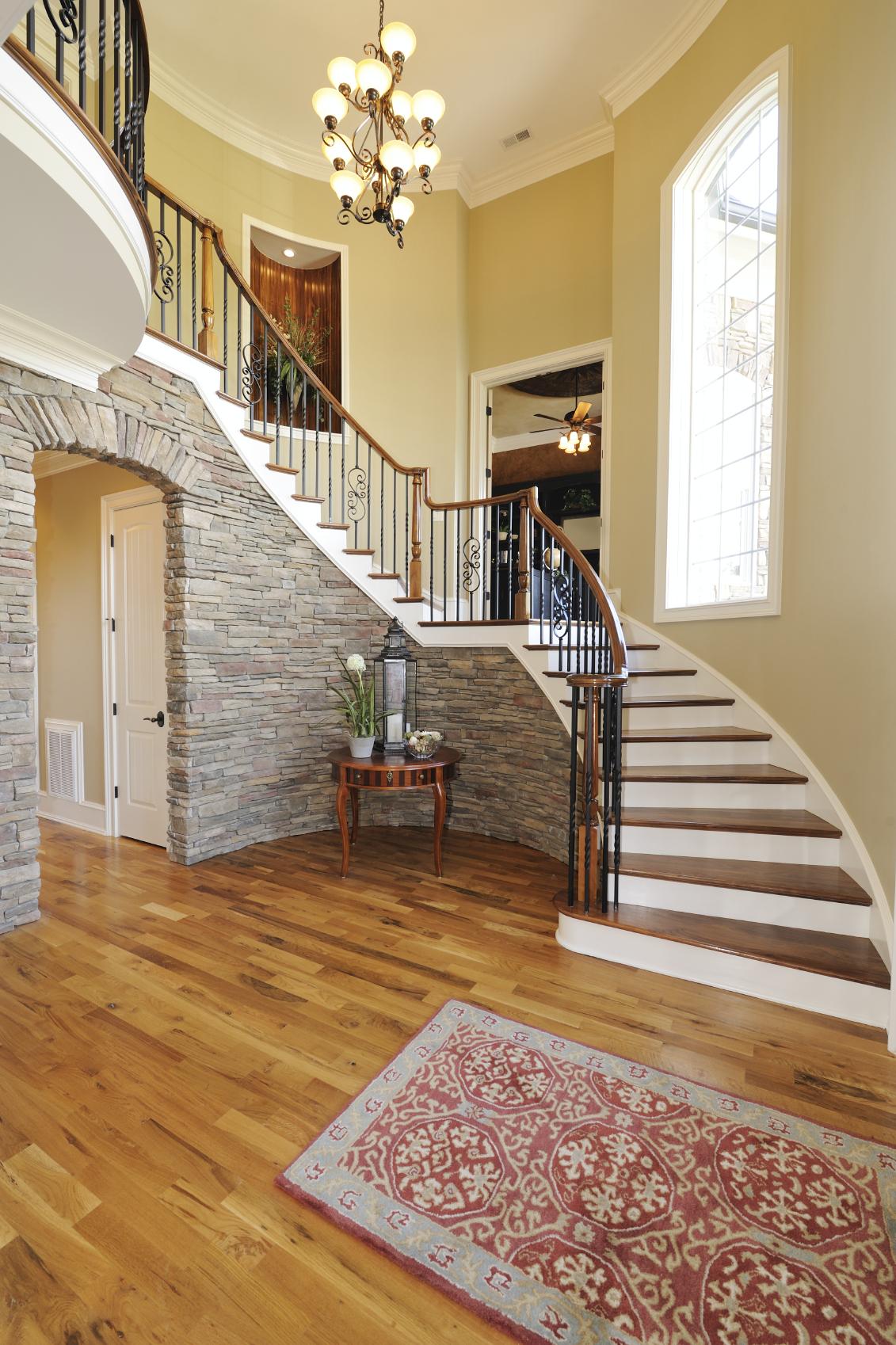 Дизайн коридора с лестницей каменной