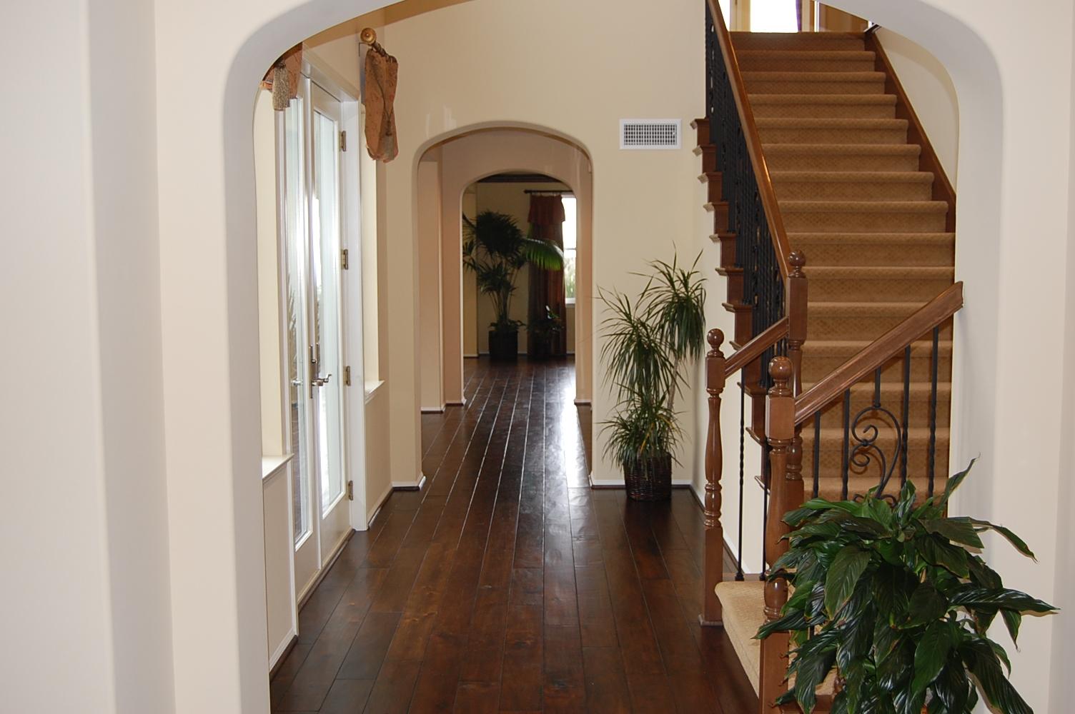 Дизайн коридора с лестницей в колониальном стиле
