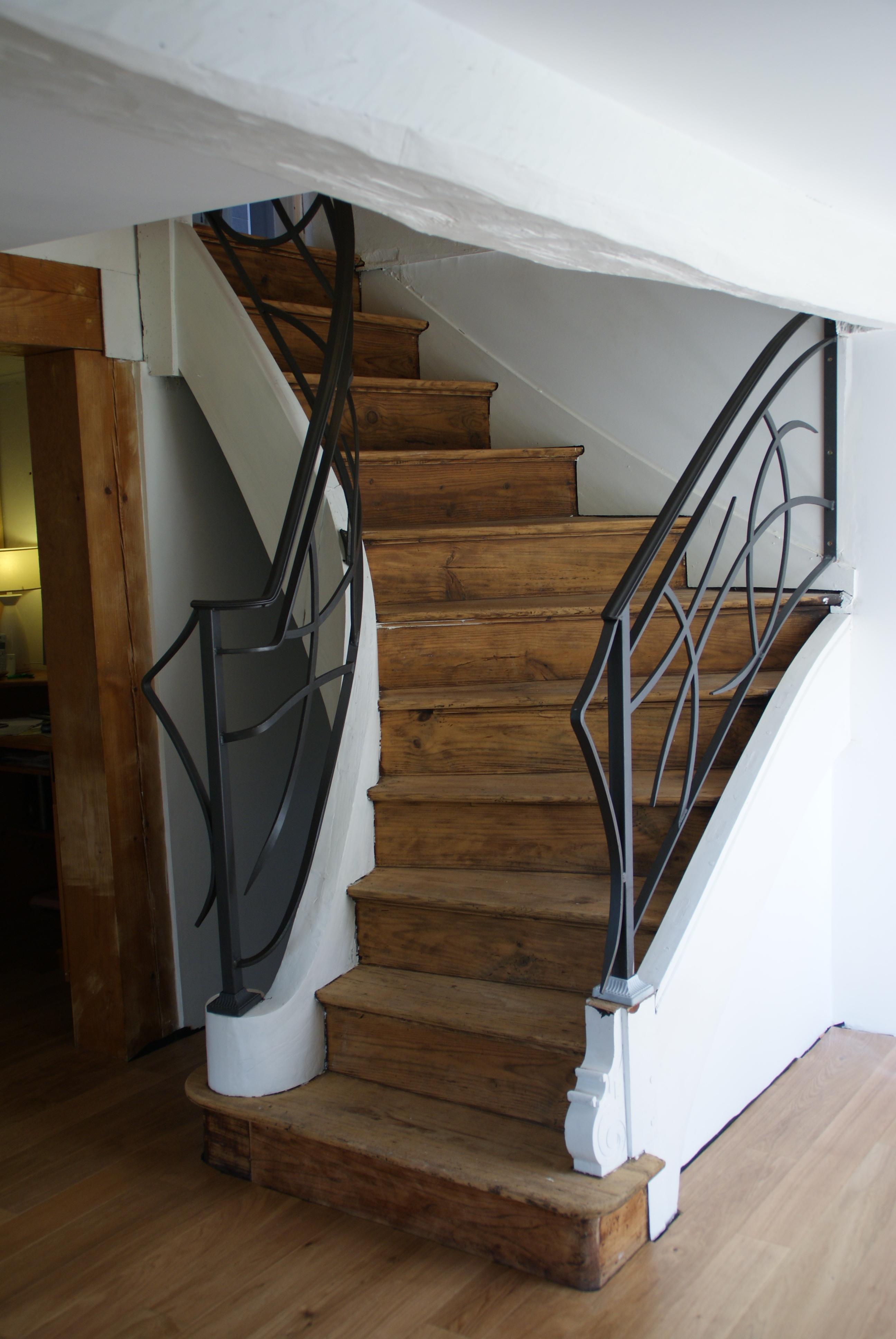 Дизайн коридора с лестницей с коваными перилами
