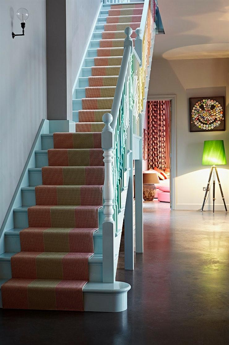 Дизайн коридора с лестницей и ковром