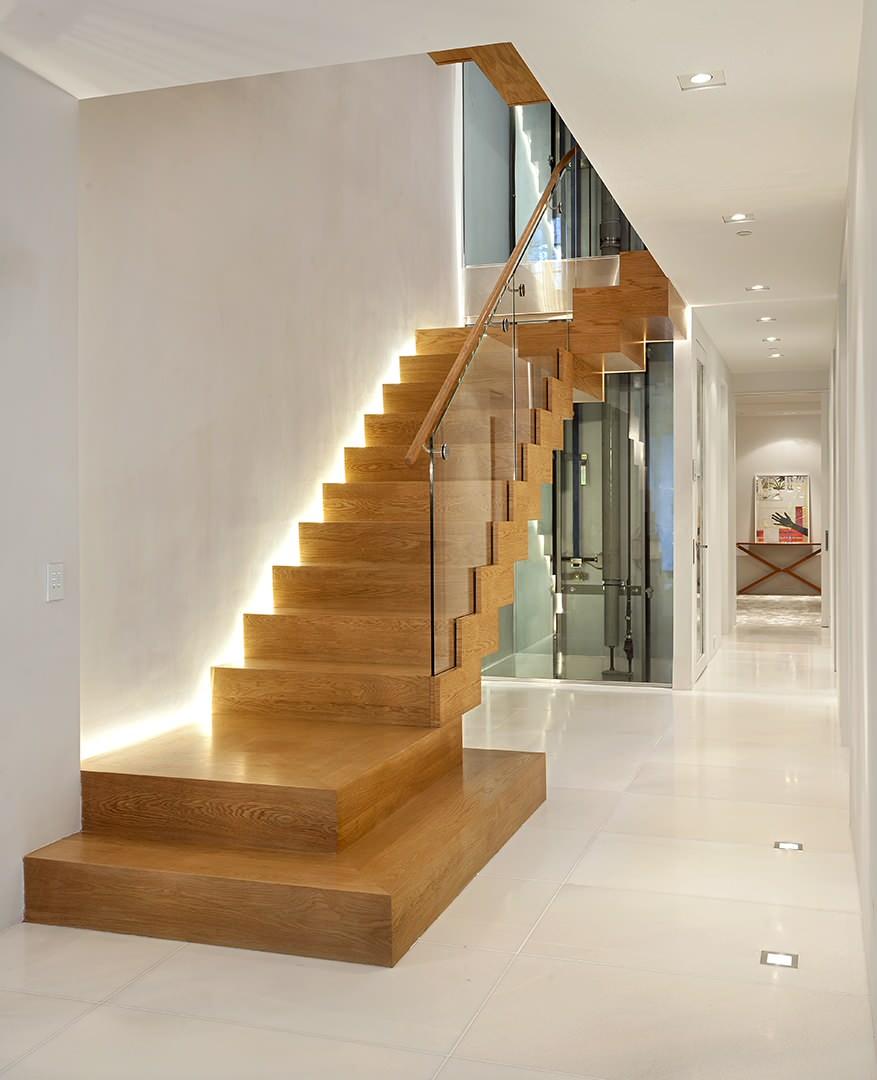 Дизайн коридора с лестницей и led-подсветкой