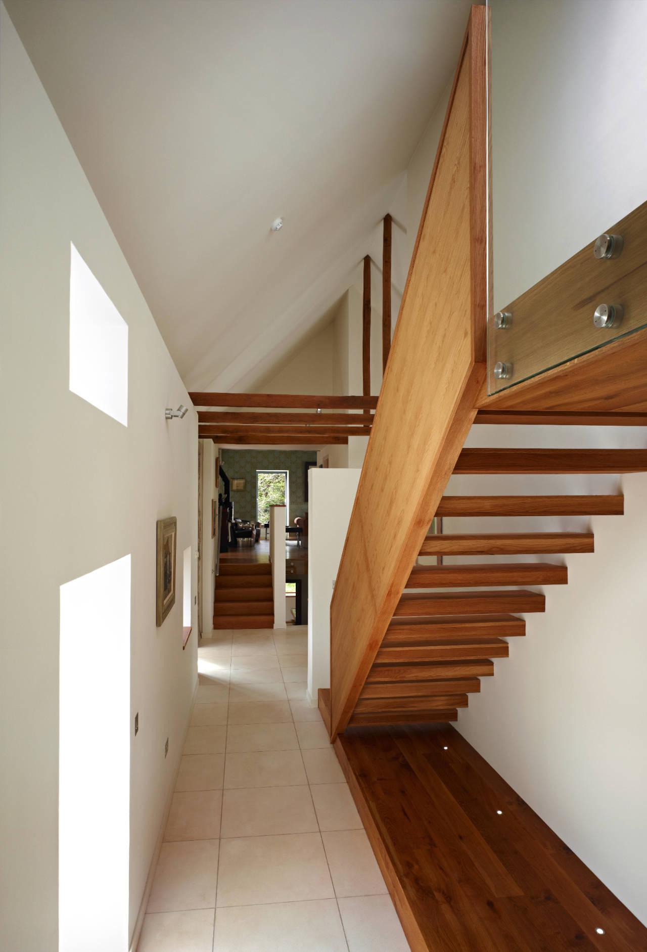 Дизайн коридора с лестницей из массива