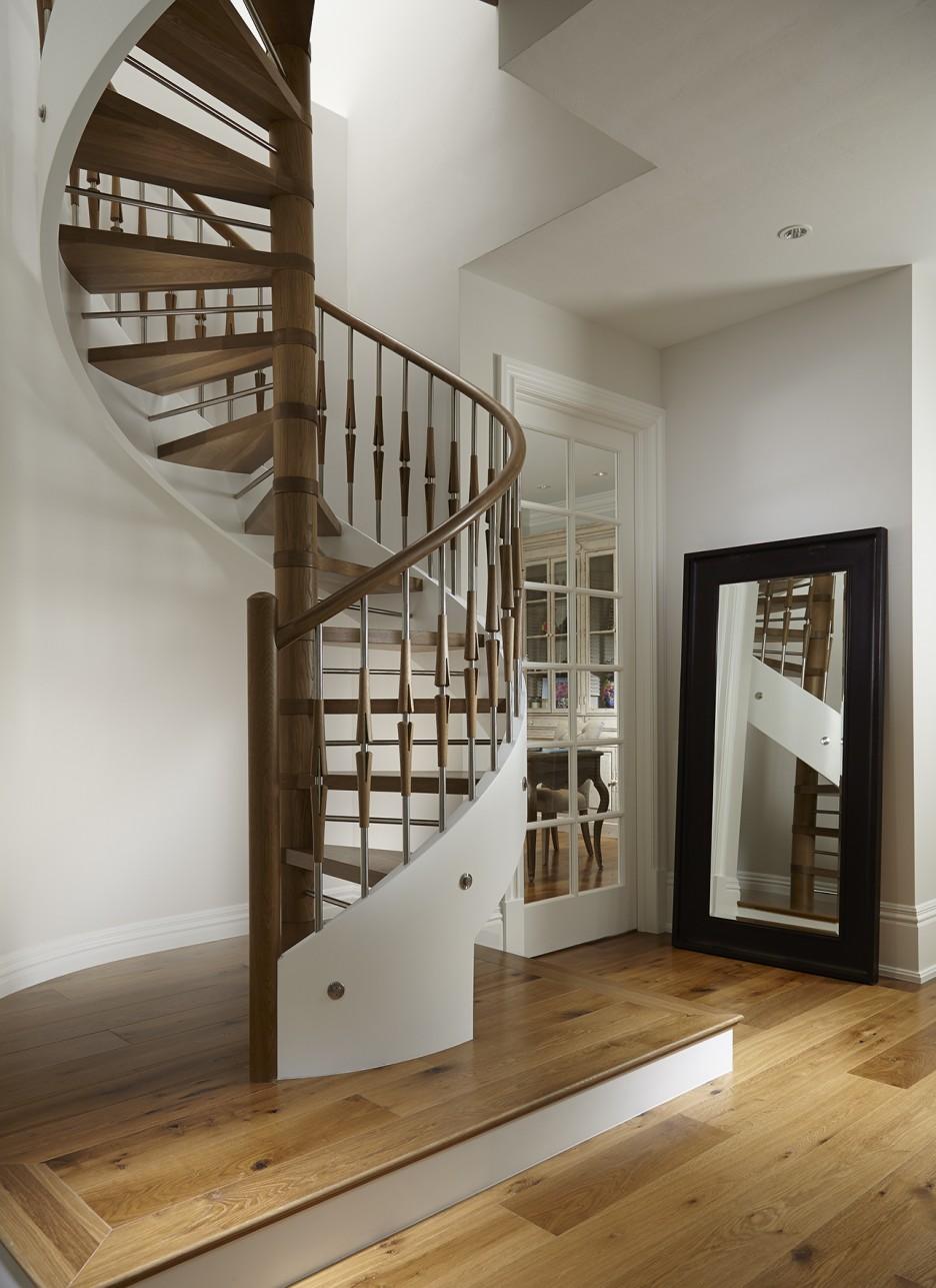 Дизайн коридора с лестницей на металлокаркасе