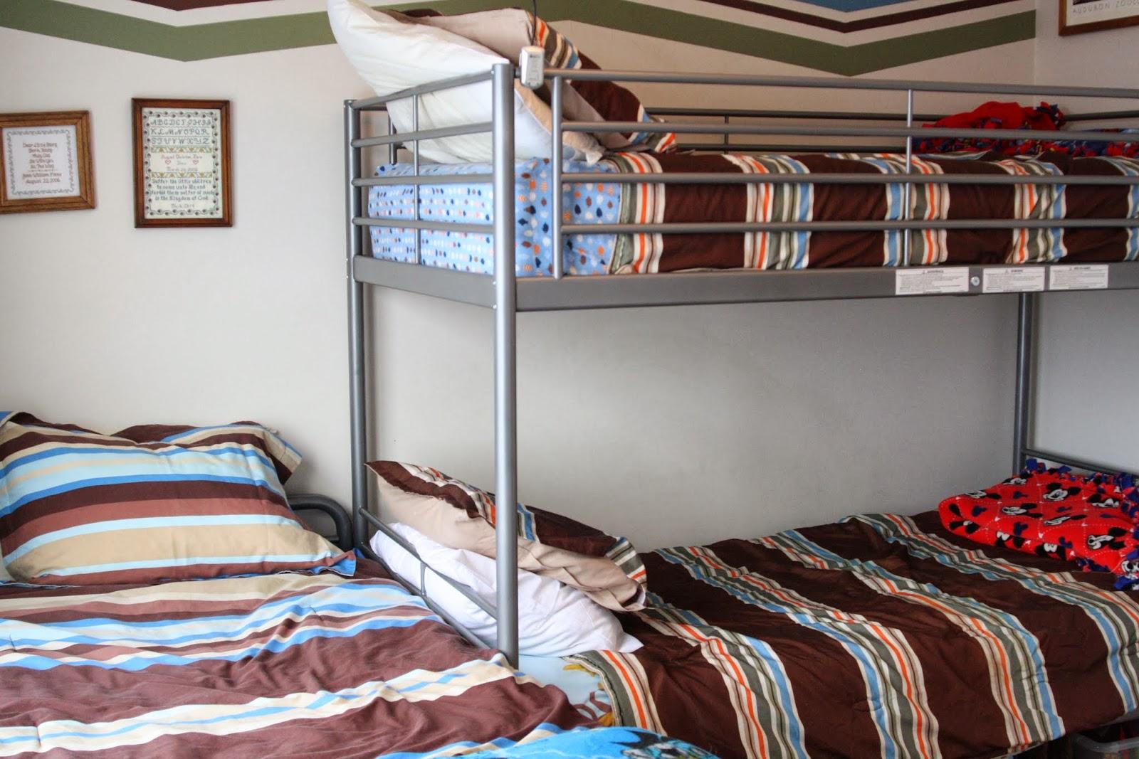 Металлическая кровать в детской для троих