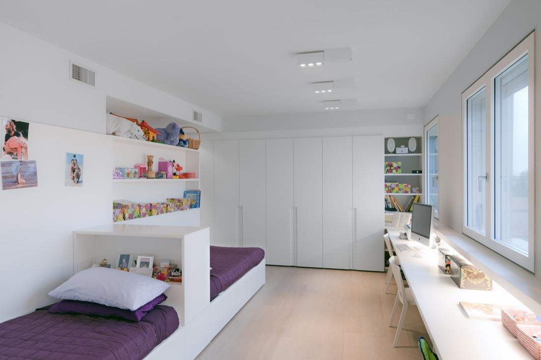 Дизайн детской комнаты для двух мальчиков с модульной мебелью