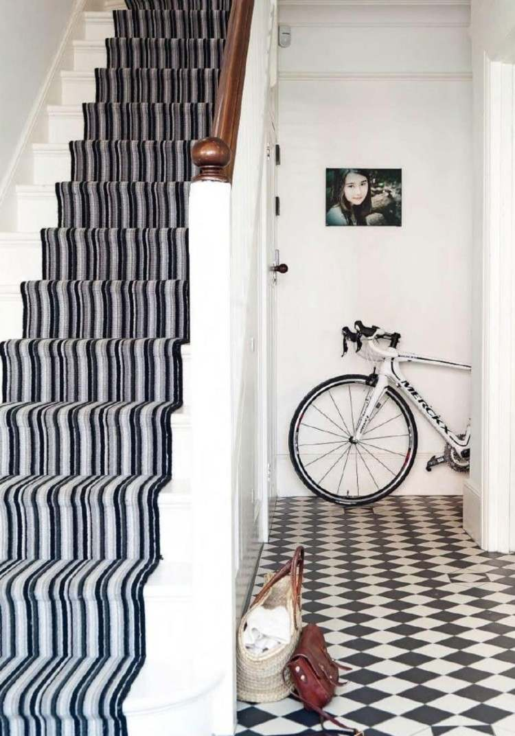 Дизайн коридора с лестницей в монохромных цветах