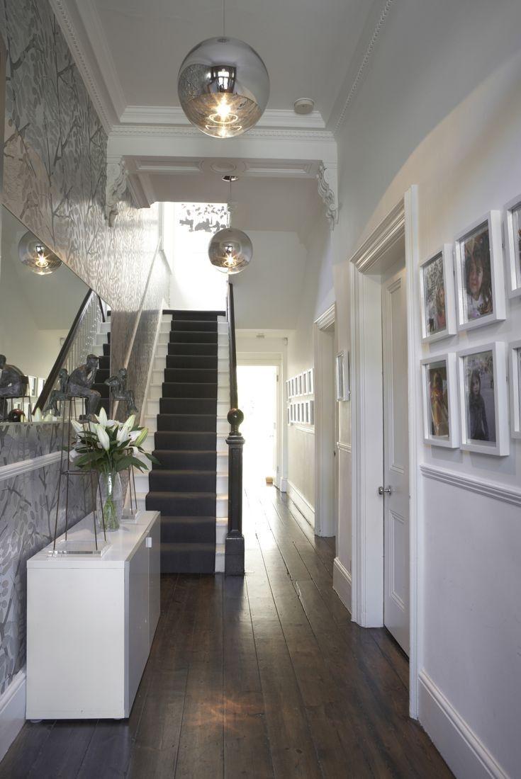 Дизайн коридора с лестницей в стиле неоклассики