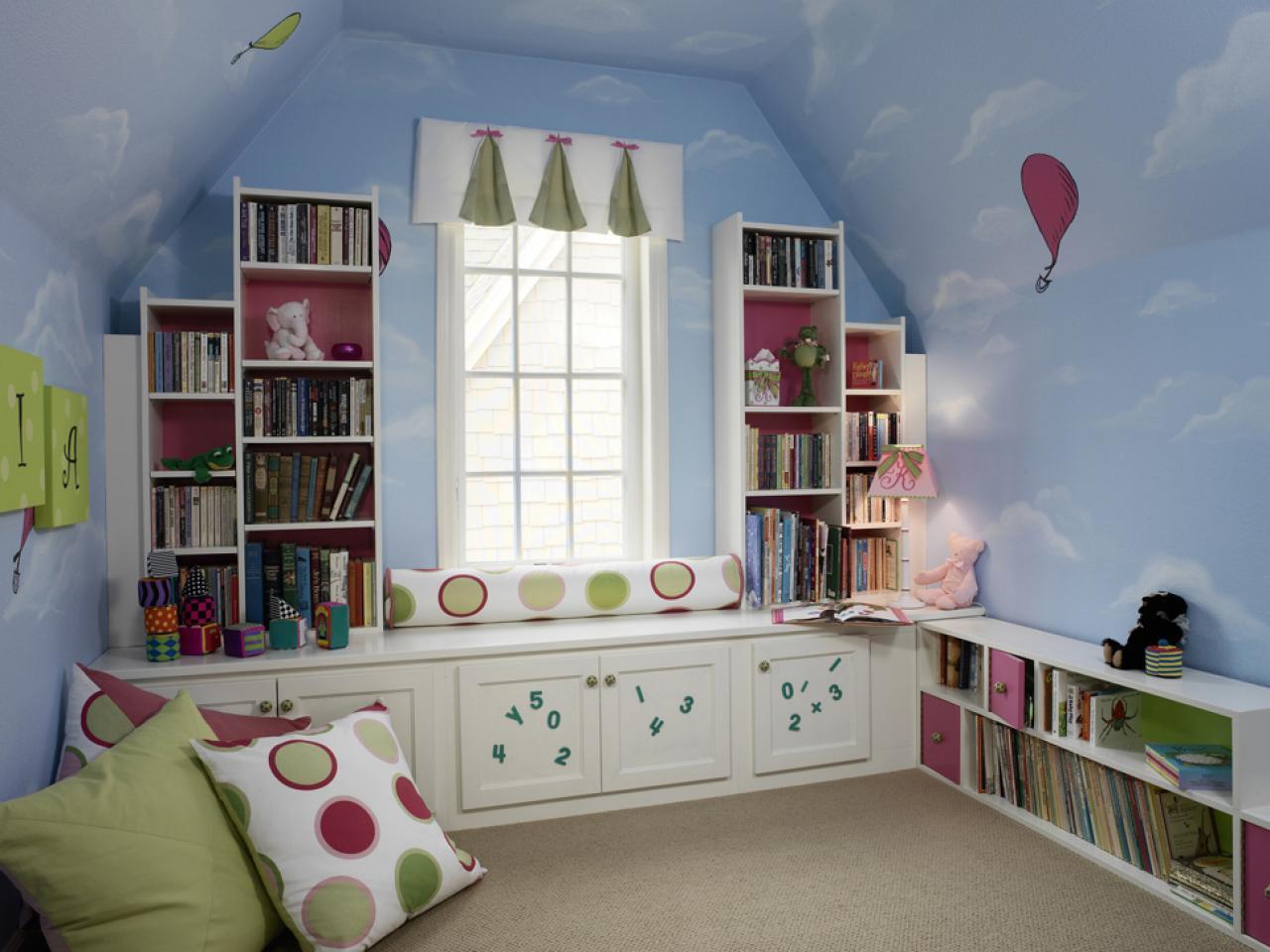 Детская на мансарде с облаками на потолке