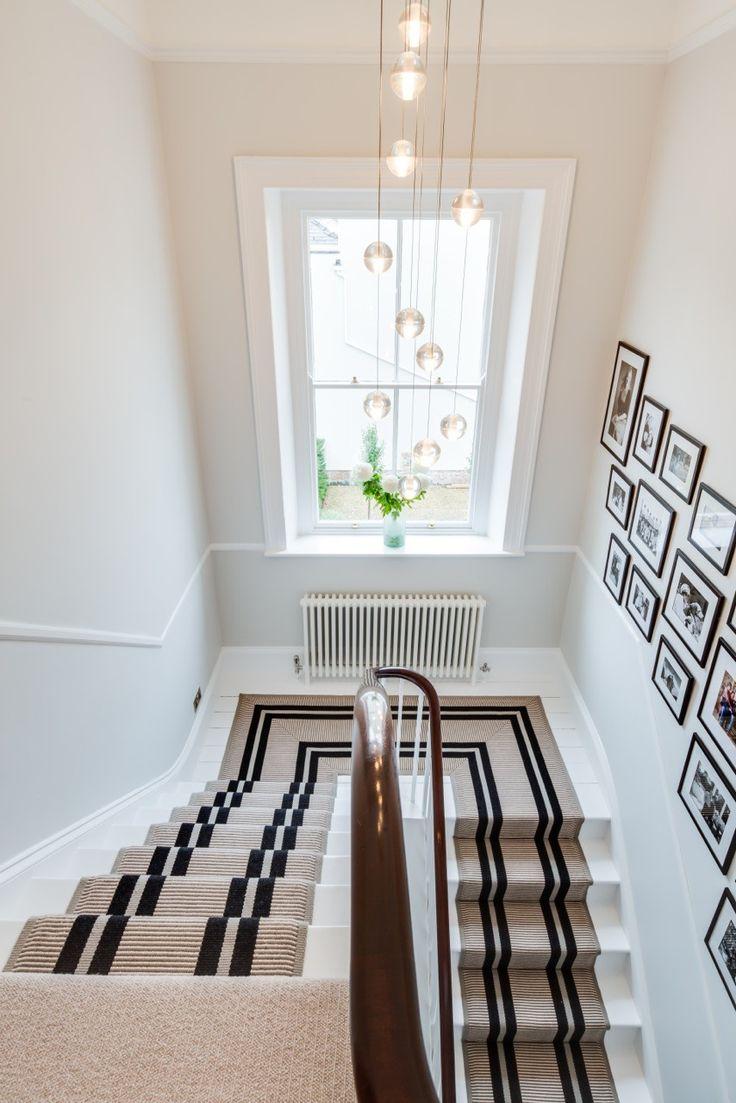 Дизайн коридора с лестницей и окном