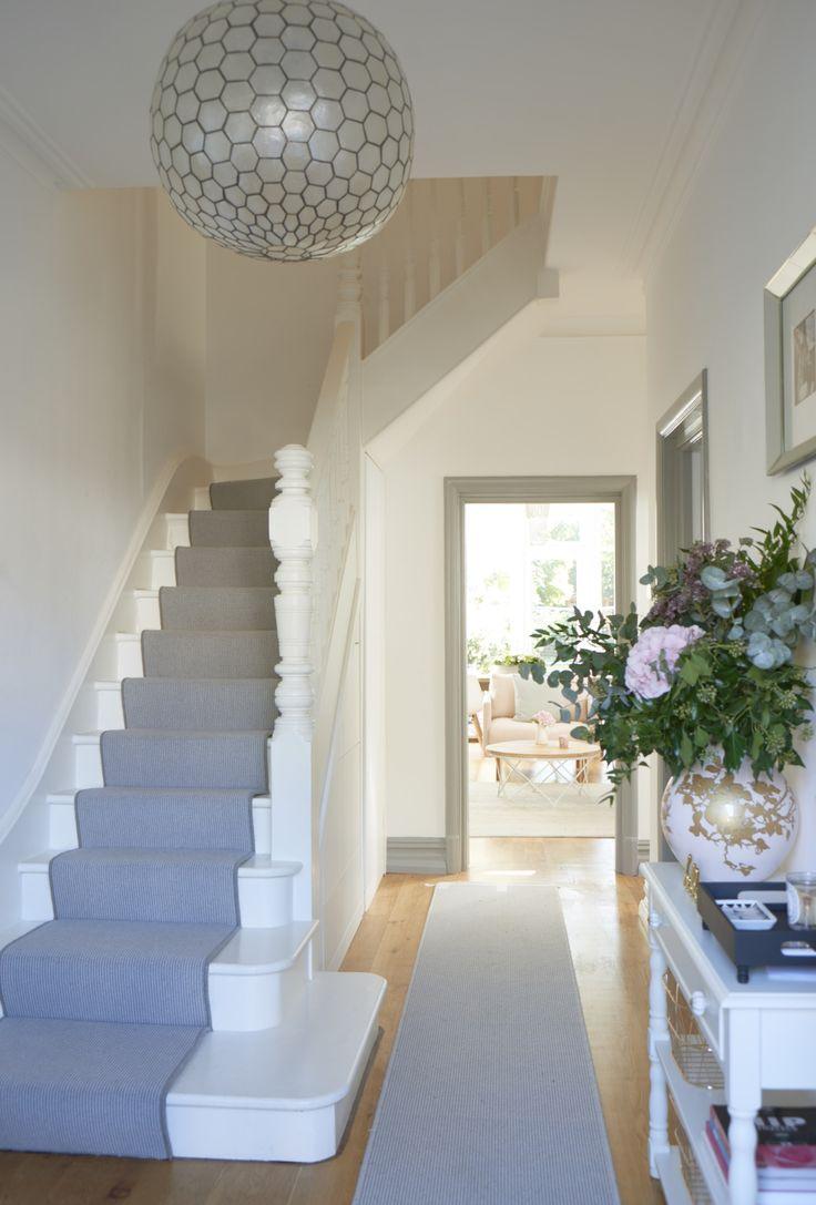 Дизайн коридора с лестницей в пастельных тонах