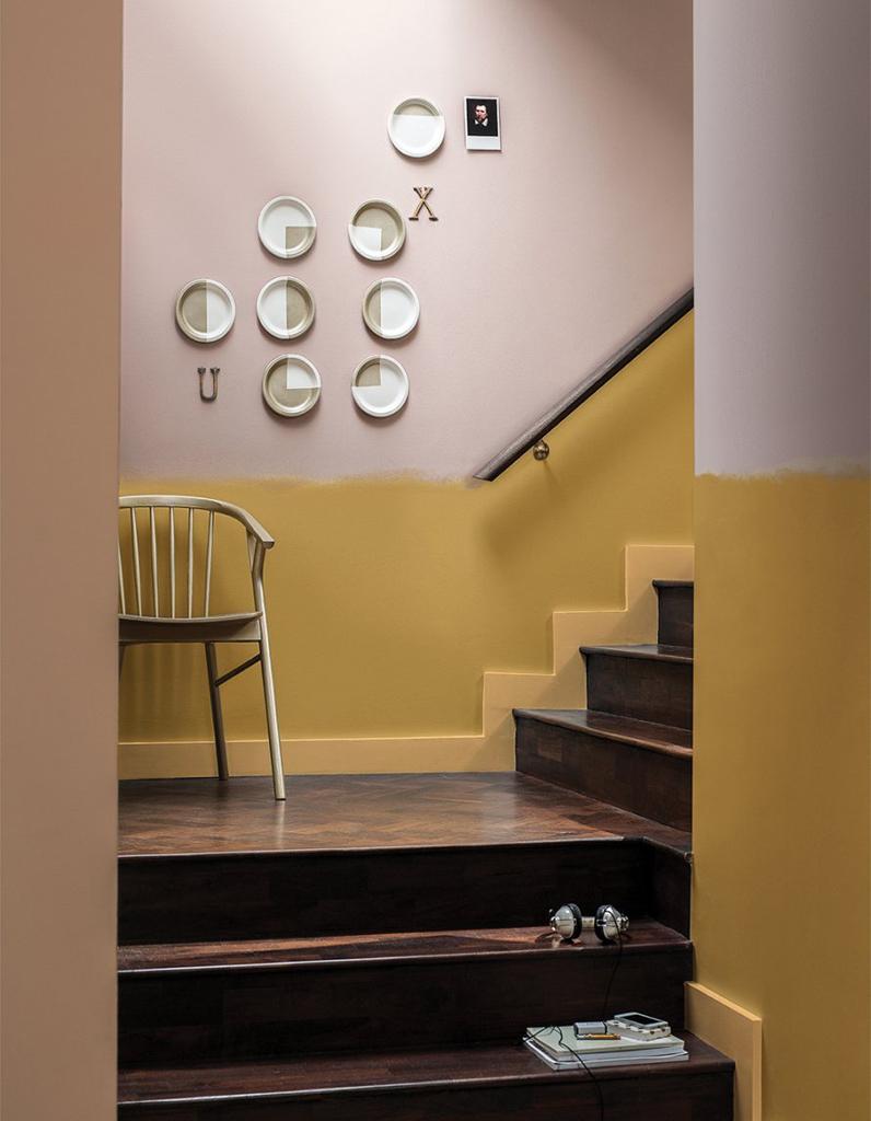 Дизайн коридора с лестницей с перилами