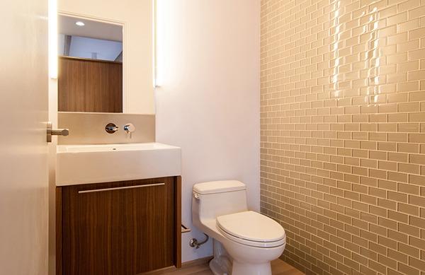 Отделка стен туалета плиткой