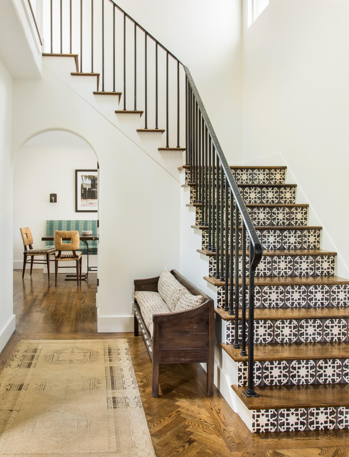 Дизайн коридора с лестницей из плитки