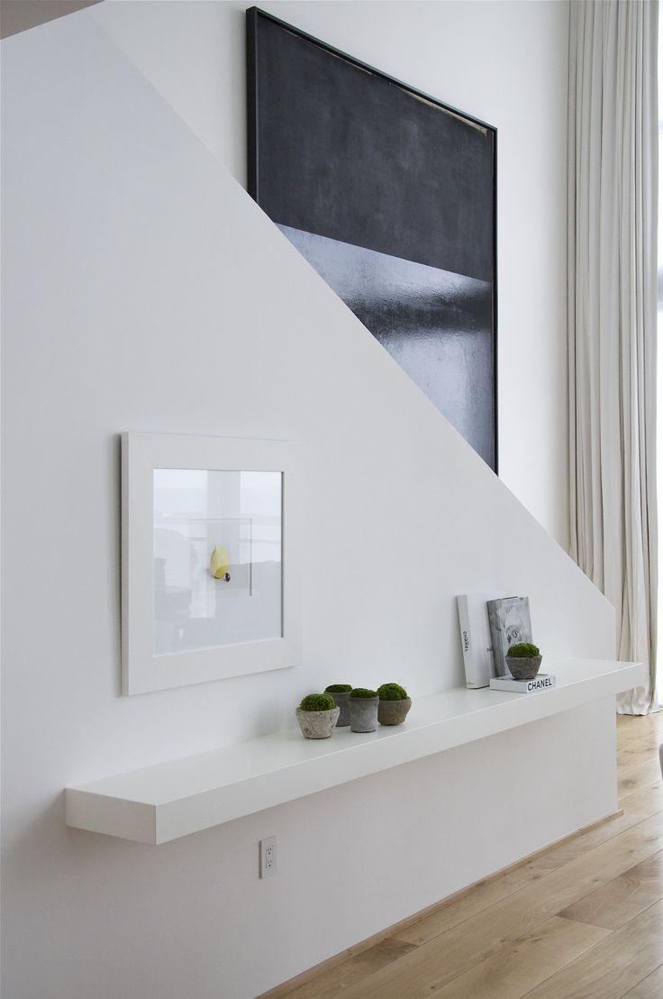 Дизайн коридора с лестницей и полкой