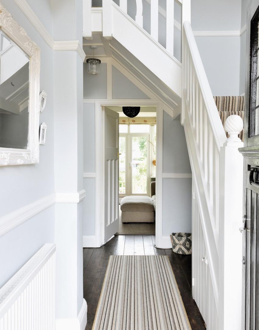 Дизайн коридора с лестницей и полосатым ковром