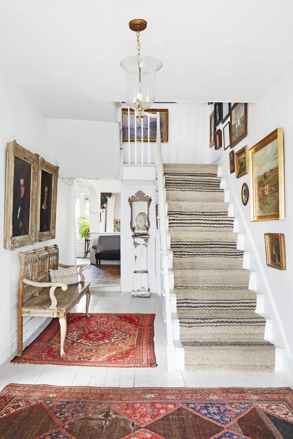 Дизайн коридора с лестницей в стиле прованс