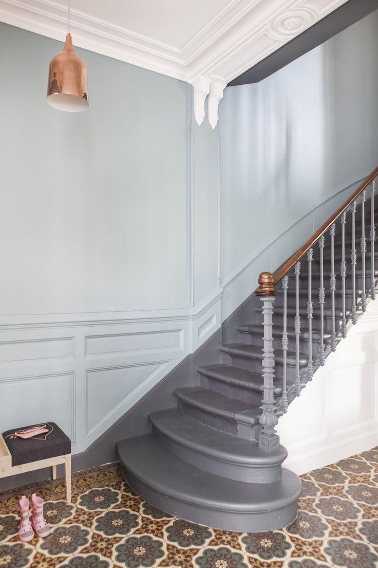 Дизайн коридора с лестницей в стиле ретро
