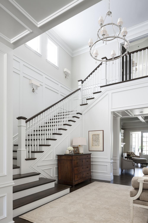 Дизайн коридора с лестницей и резными перилами