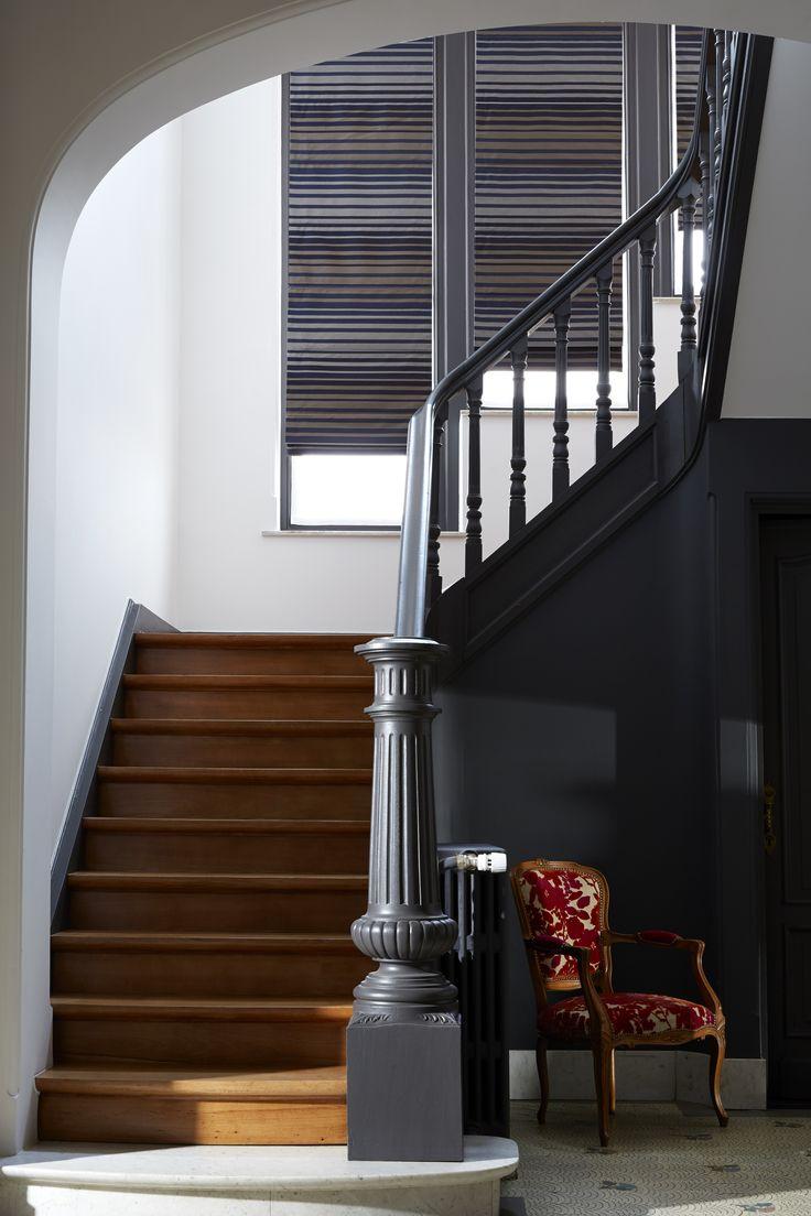 Дизайн коридора с лестницей серой