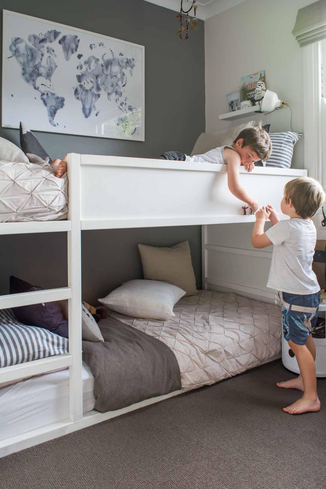 Дизайн детской комнаты для двух мальчиков серый