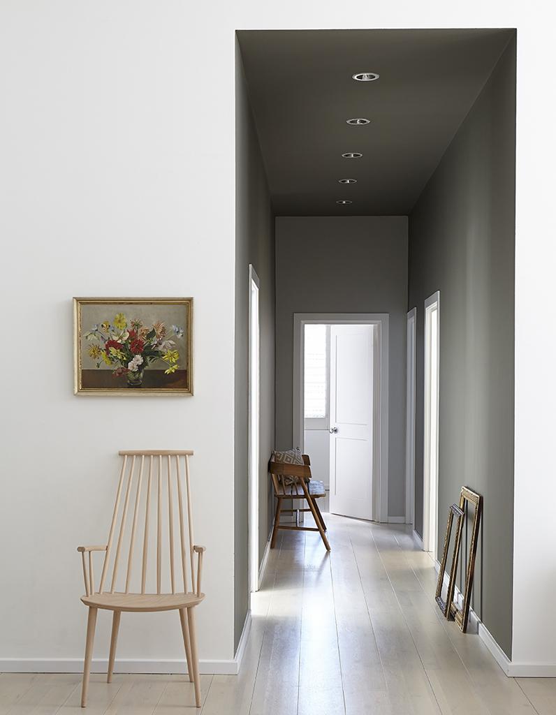 Ремонт коридора в сером цвете