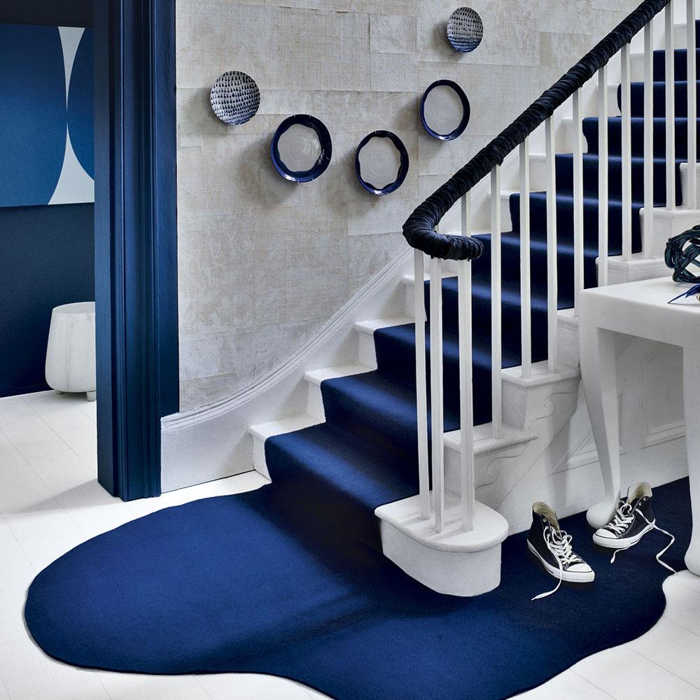 Дизайн коридора с лестницей синей