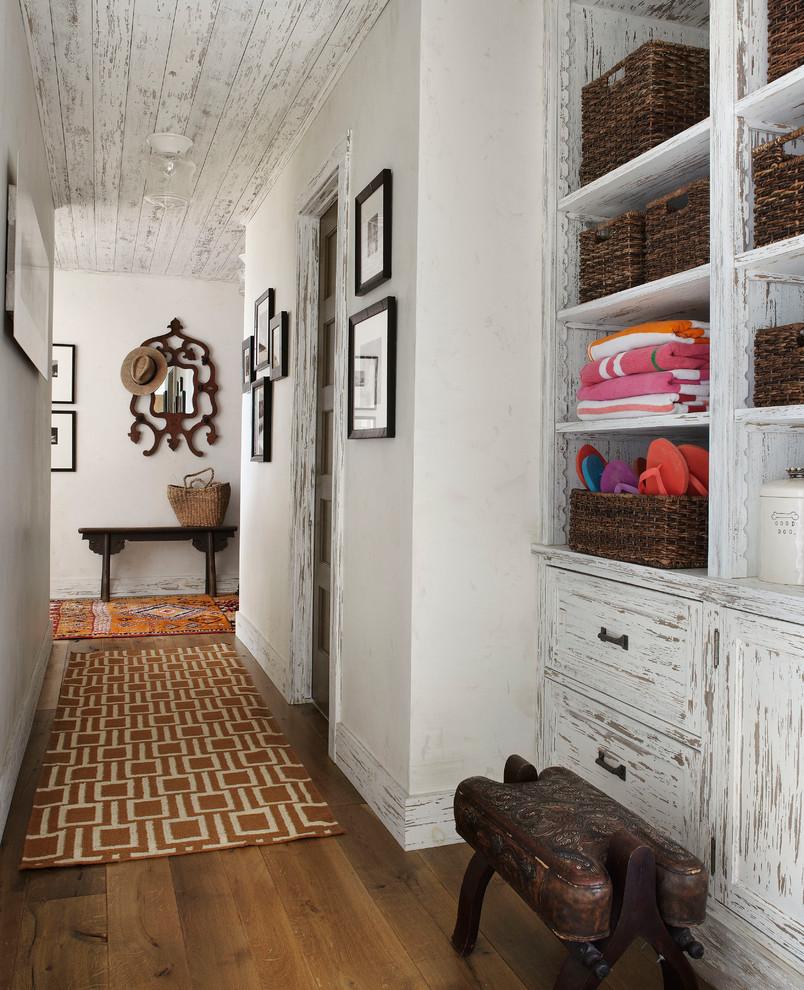 Ремонт коридора с состаренной мебелью