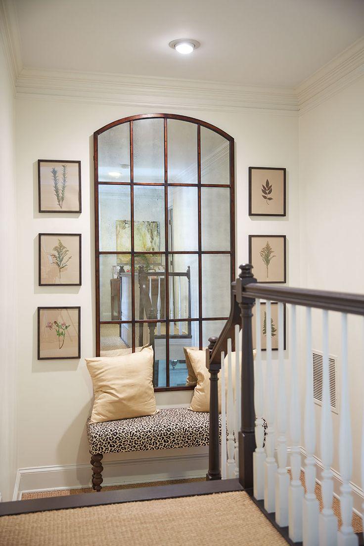 Дизайн коридора с лестницей и тахтой