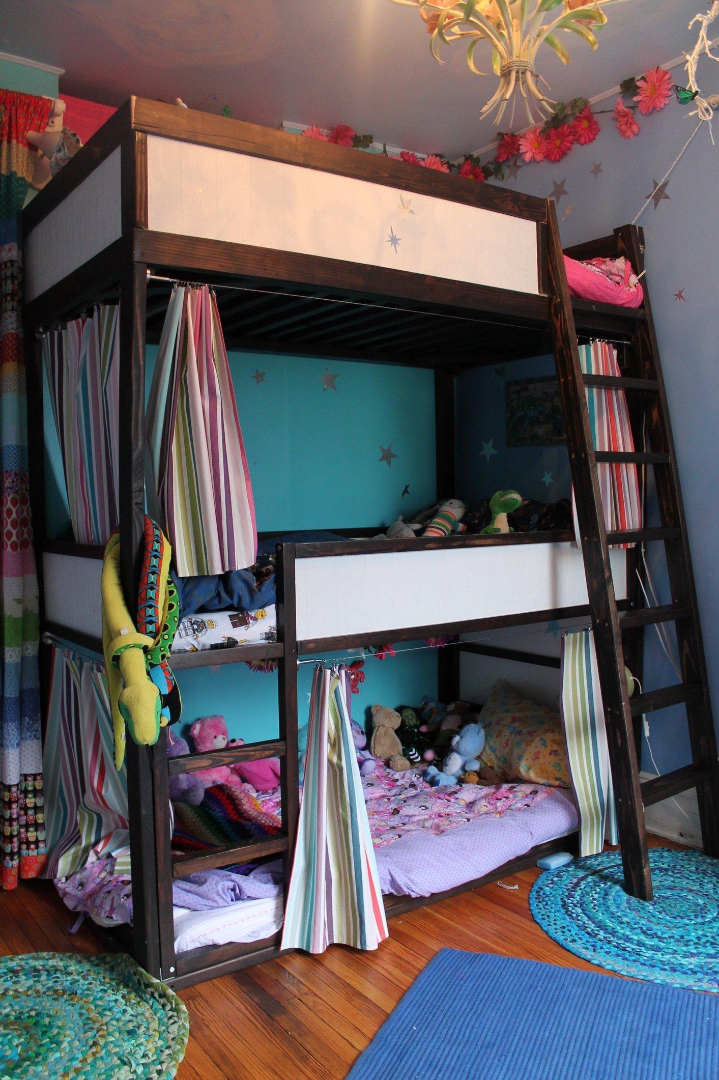 Дизайн детской для троих детей с трехэтажной кроватью