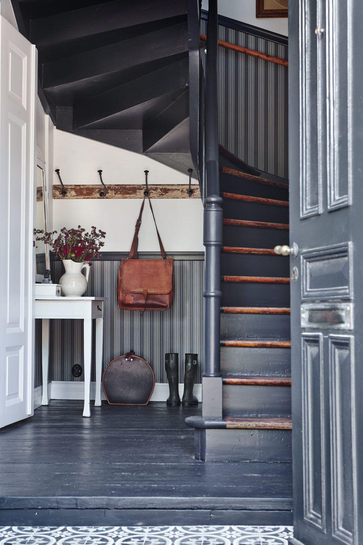 Дизайн коридора с лестницей винтовой