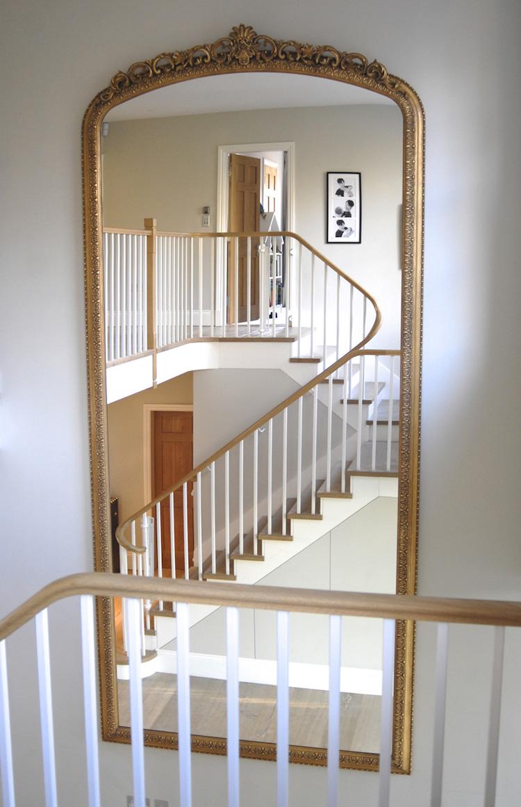 Дизайн коридора с лестницей и зеркалом
