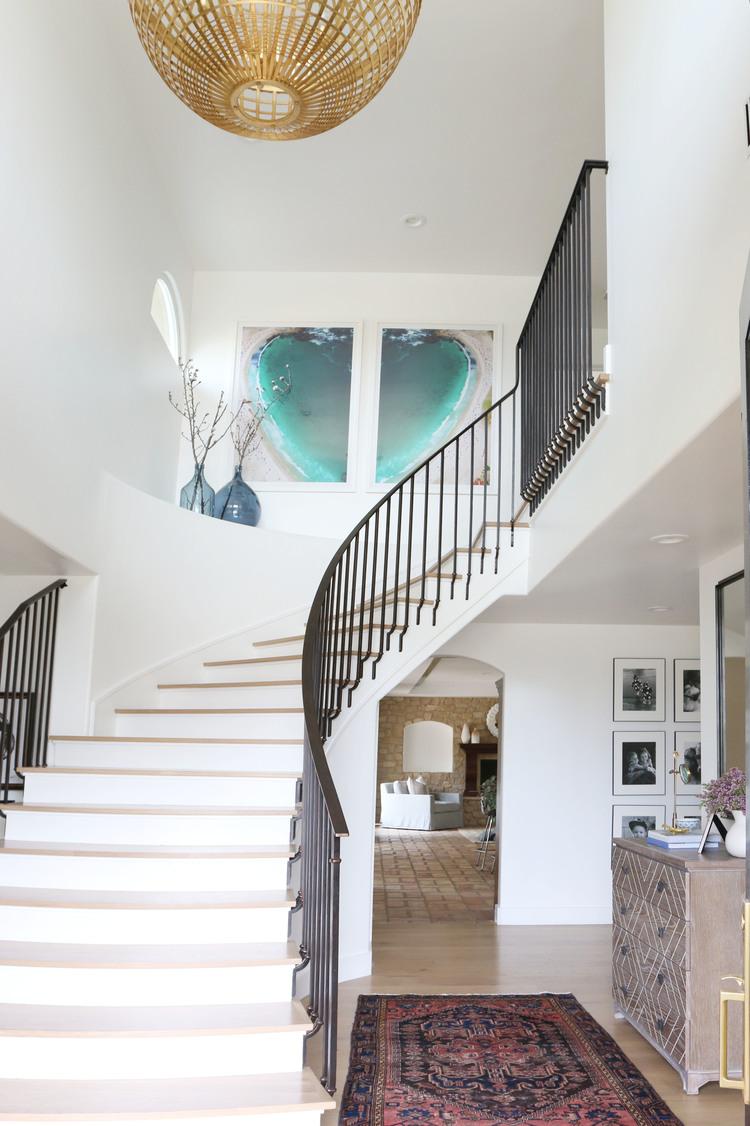 Дизайн коридора с лестницей и железными перилами