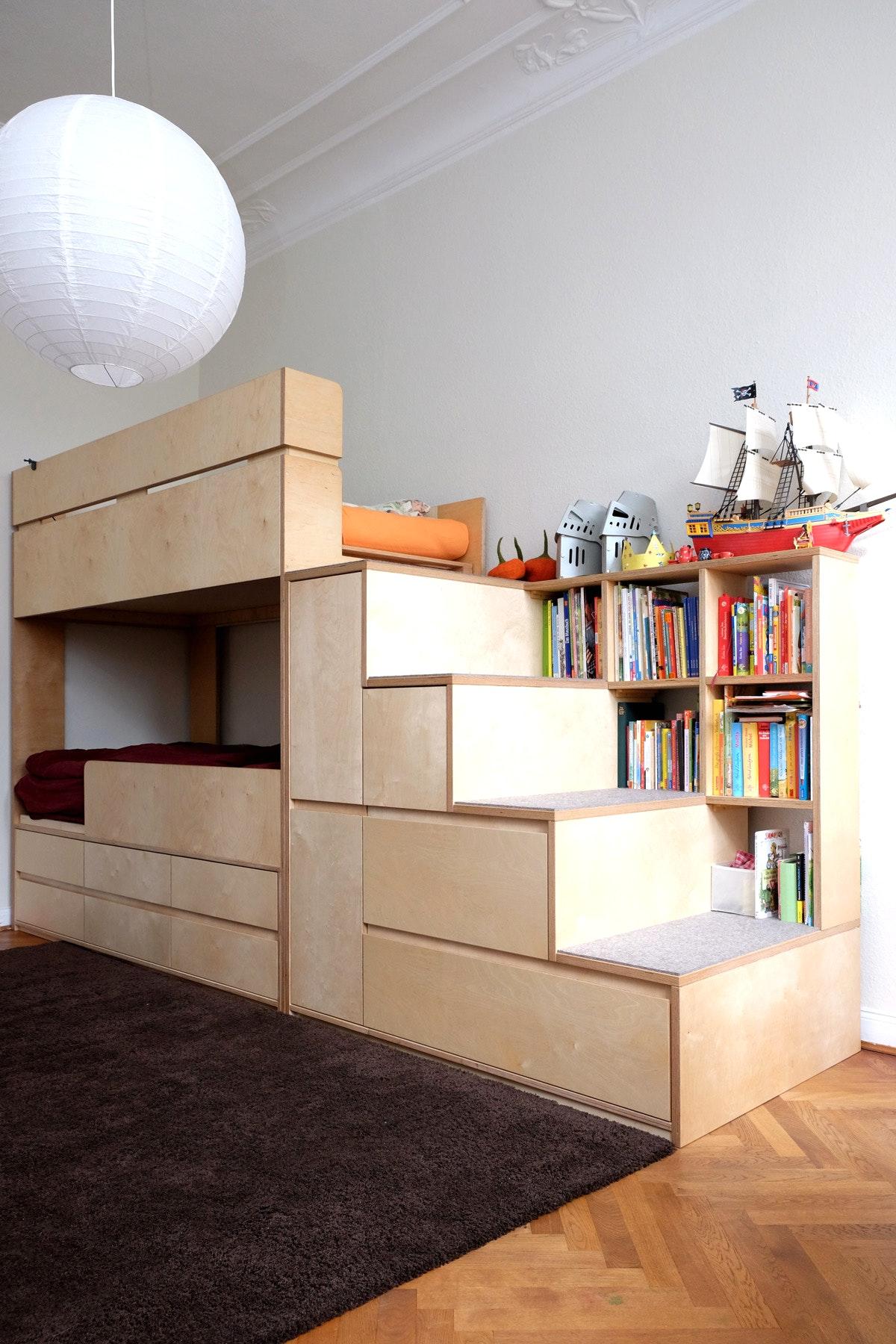 Узкая детская с мебелью из фанеры