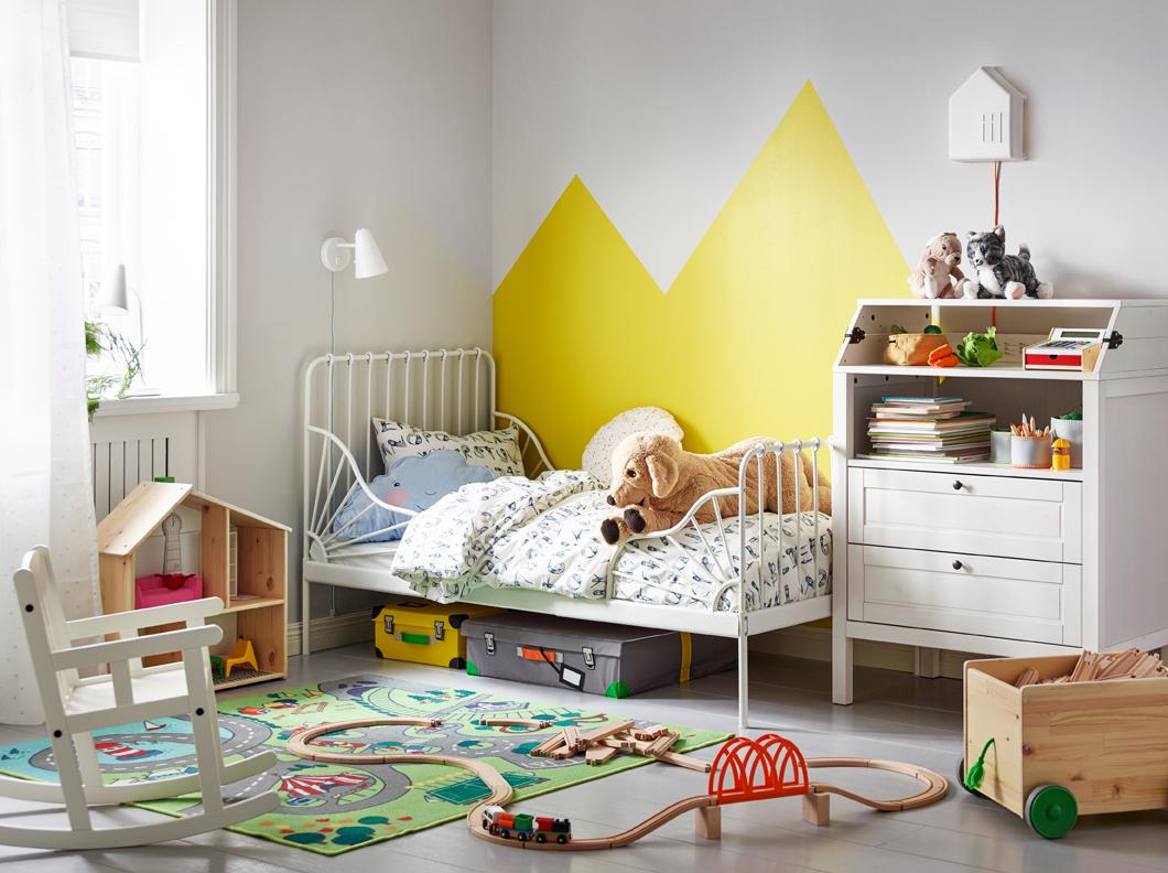 Узкая детская с кованой кроватью