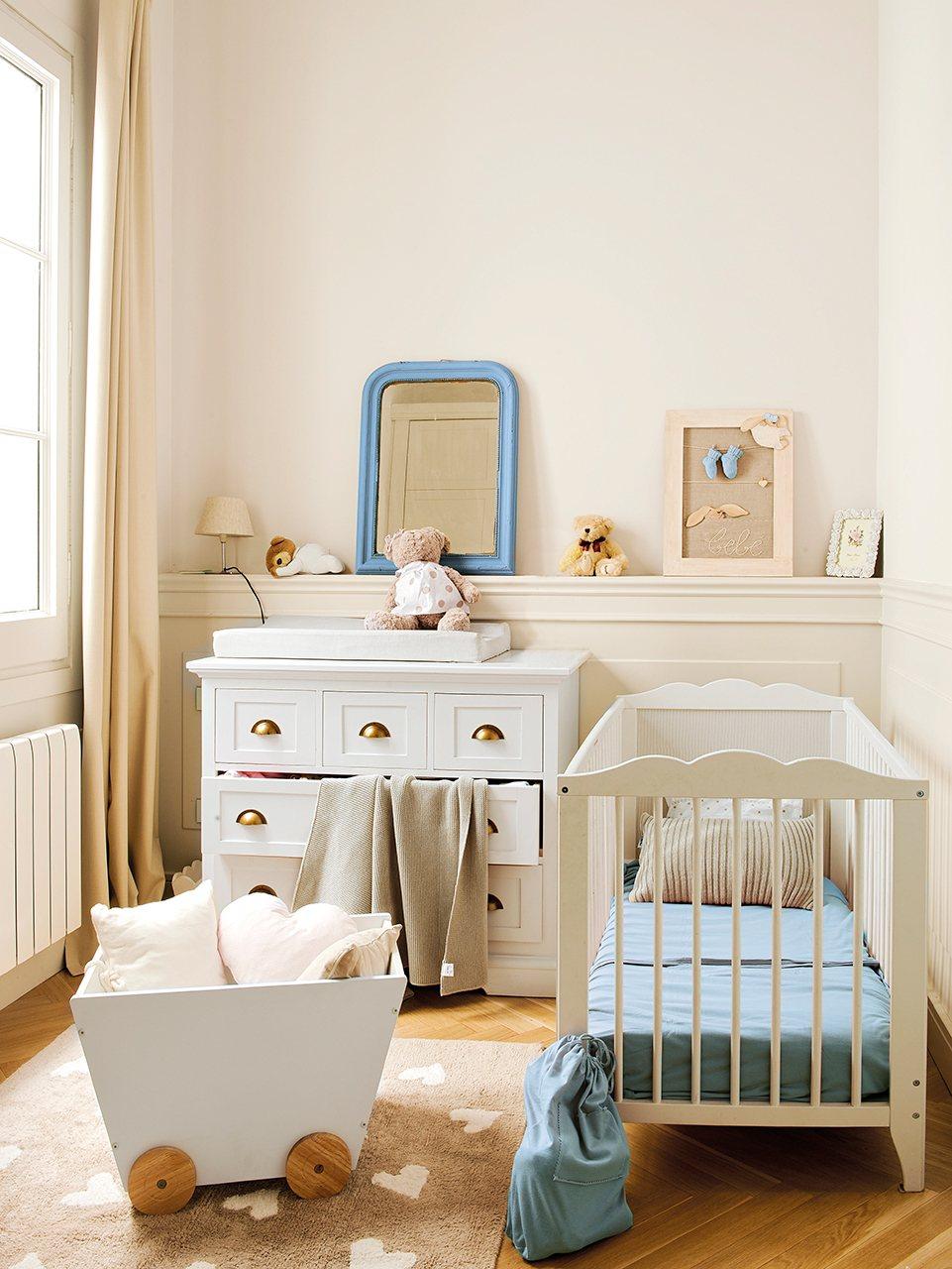 Узкая детская с мебелью