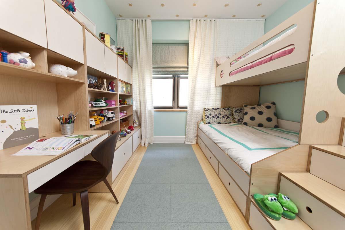Узкая детская с модульной мебелью