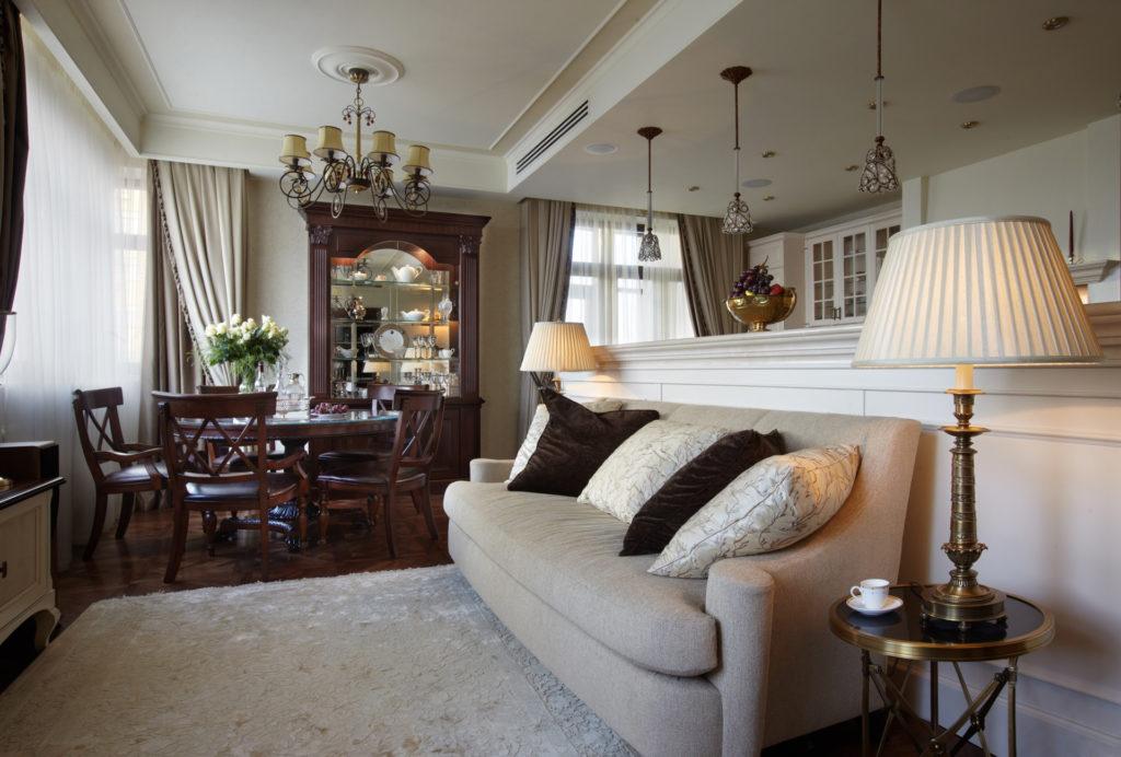 Небольшая гостиная с обеденной зоной в классическом американском стиле
