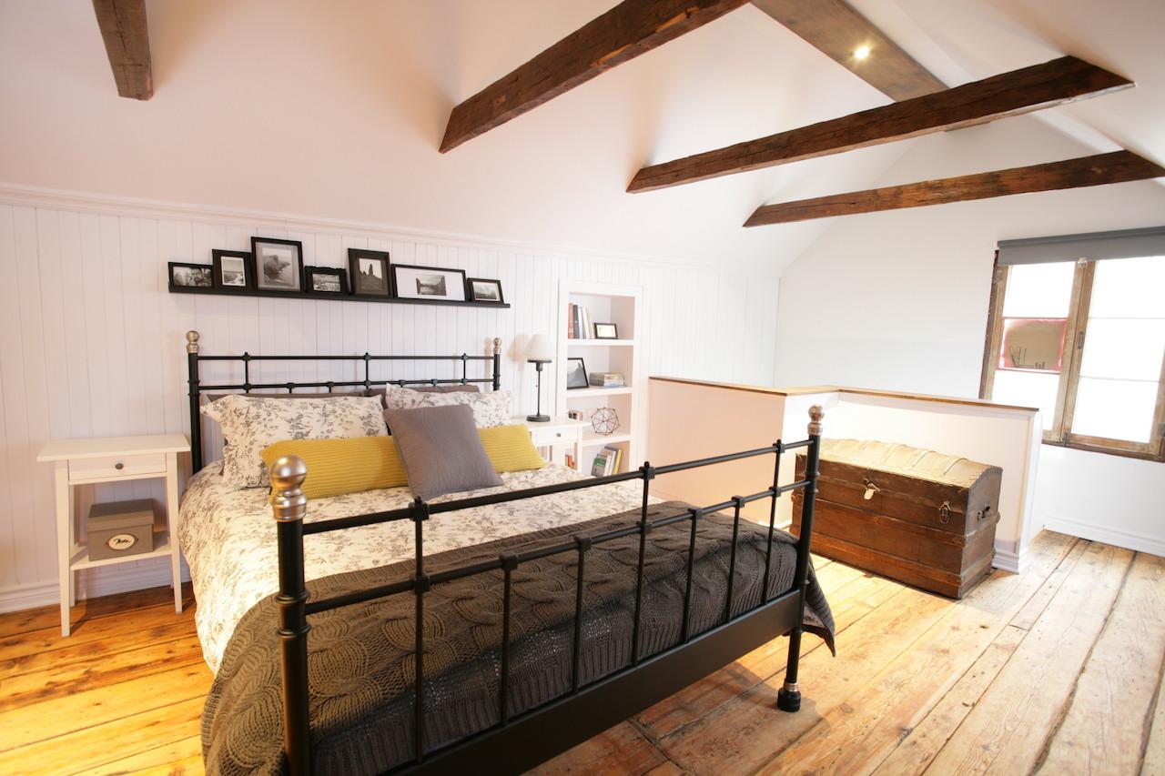 Спальня в мансарде с балками