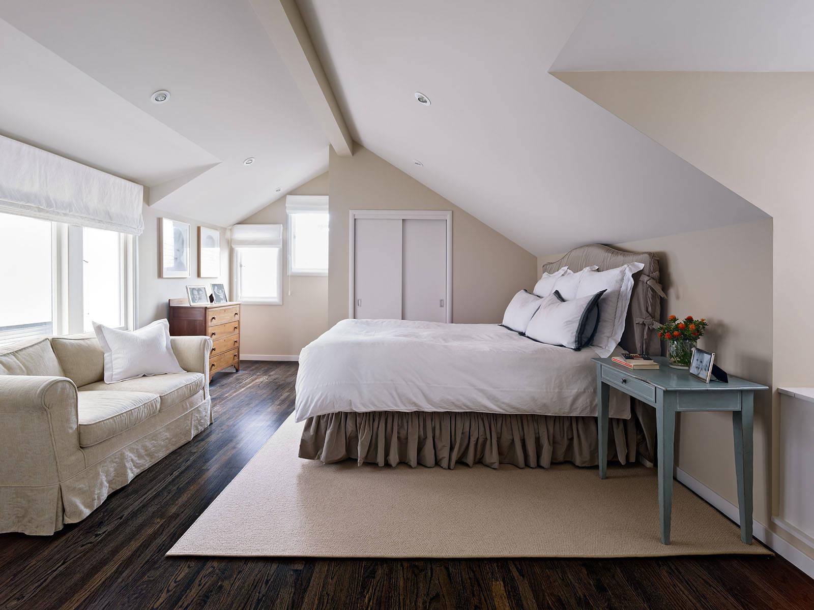 Бежевая спальня в мансарде