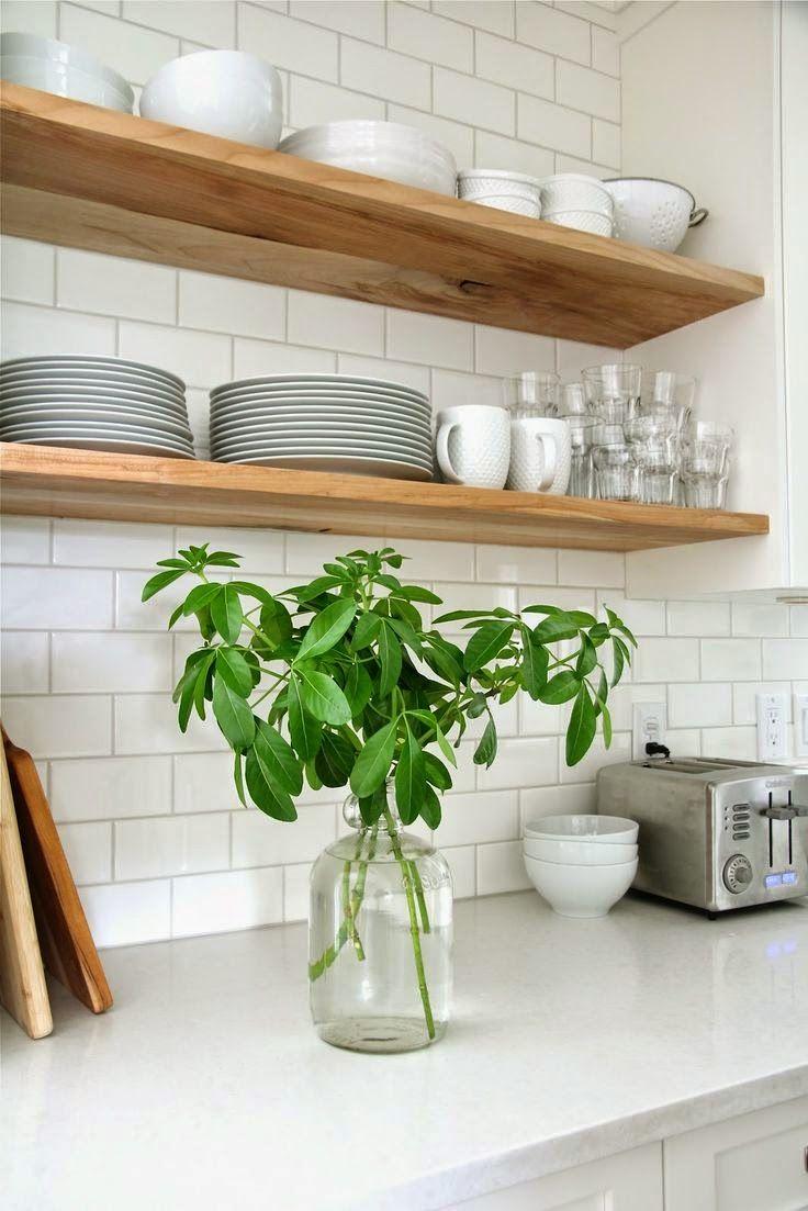 Белая кухня с полками